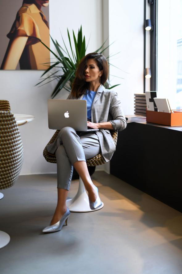 tinuta office cu costum gri